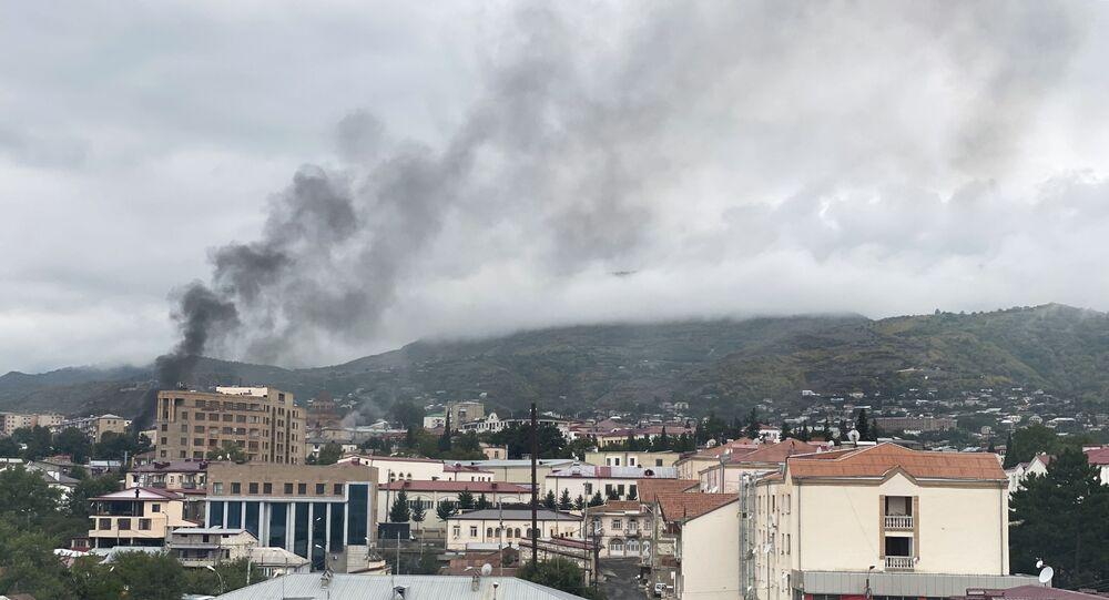 Fumée après un tir d'artillerie à Stepanakert, le 4 octobre