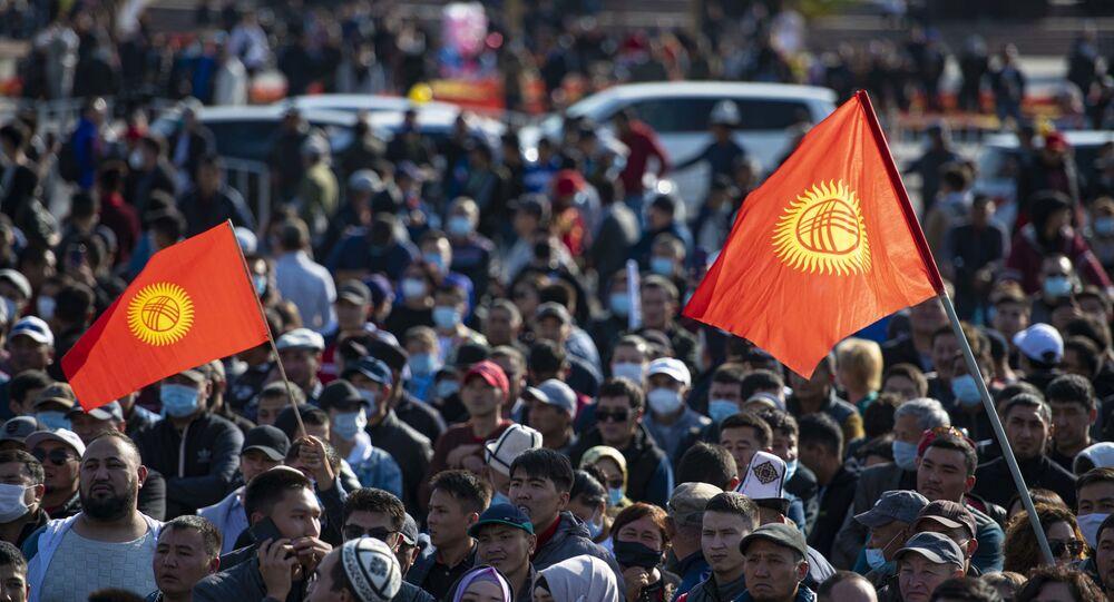 Das manifestants dans les rues de Bichkek, la capitale du Kirghizstan, le 5 octobre
