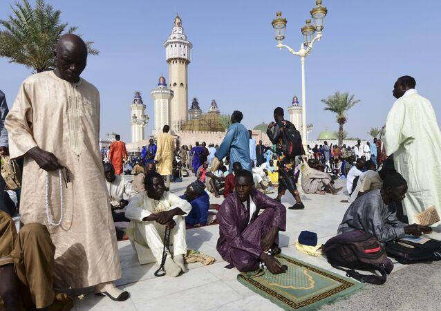 Pélerins devant la mosquée de Touba, le jour du Grand Magal en 2018
