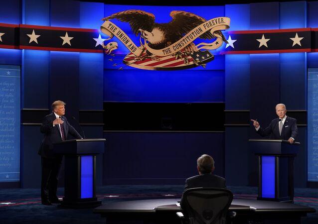 Donald Trump et Joe Biden durant le premier débat présidentiel le 29 septembre 2020 à Cleveland, Ohio.