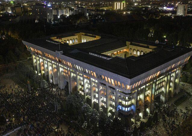 Une manifestation devant le siège du parlement et de l'administration présidentielle à Bichkek (5 octobre 2020)
