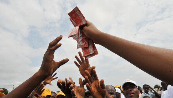Une femme africaine brandit des préservatifs - Sputnik France