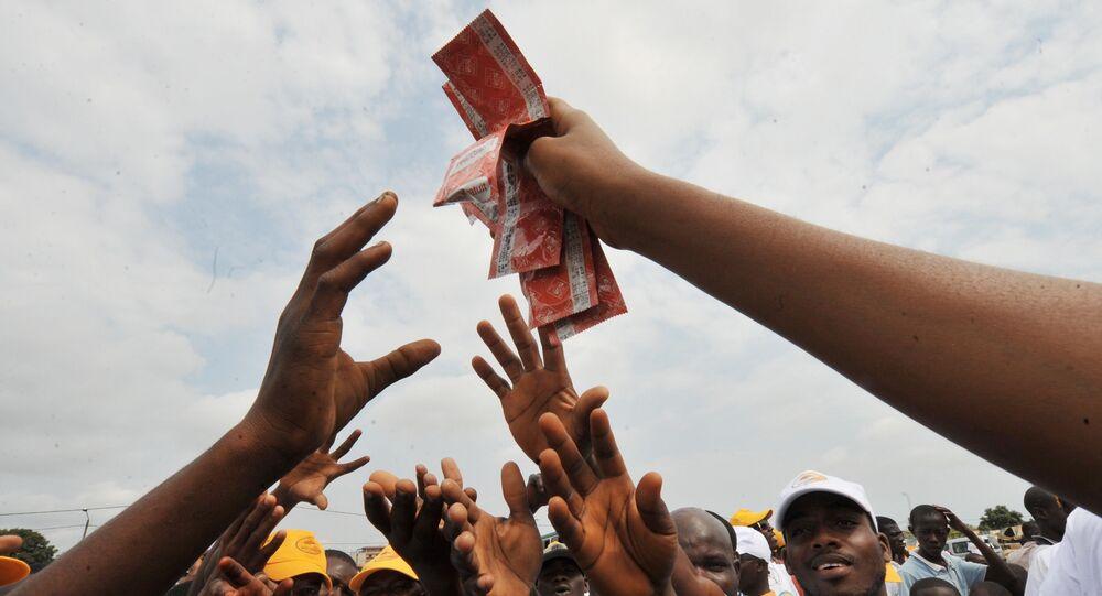 Une femme africaine brandit des préservatifs