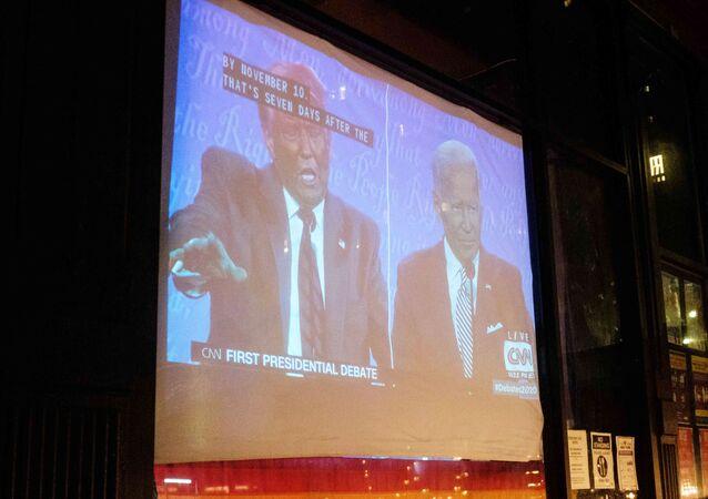 Le premier débat présidentiel Trump-Biden diffusé à la télévision dans un bar à New York