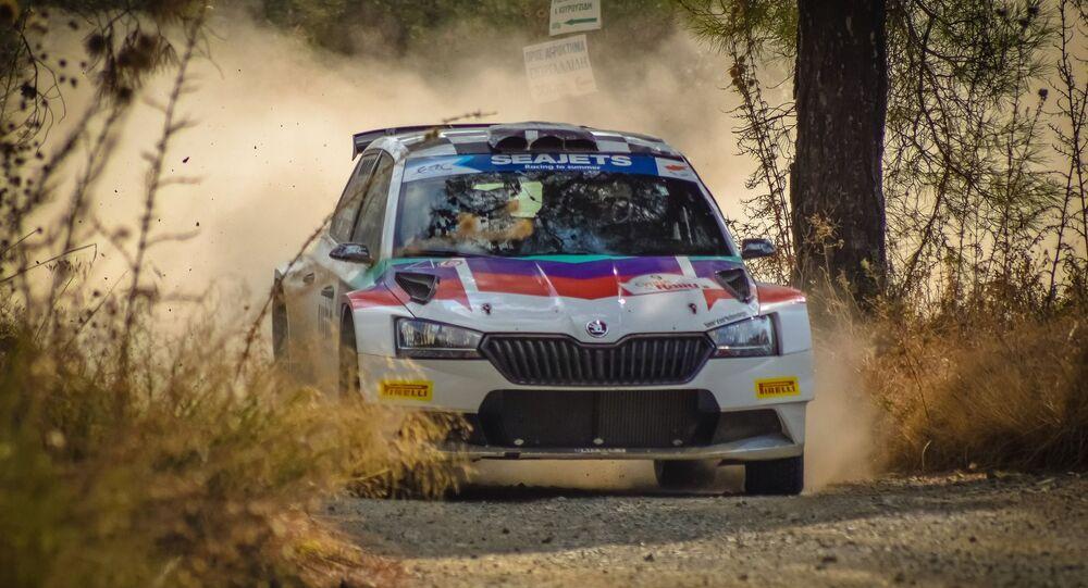 Une voiture de rallye (image d'illustration)