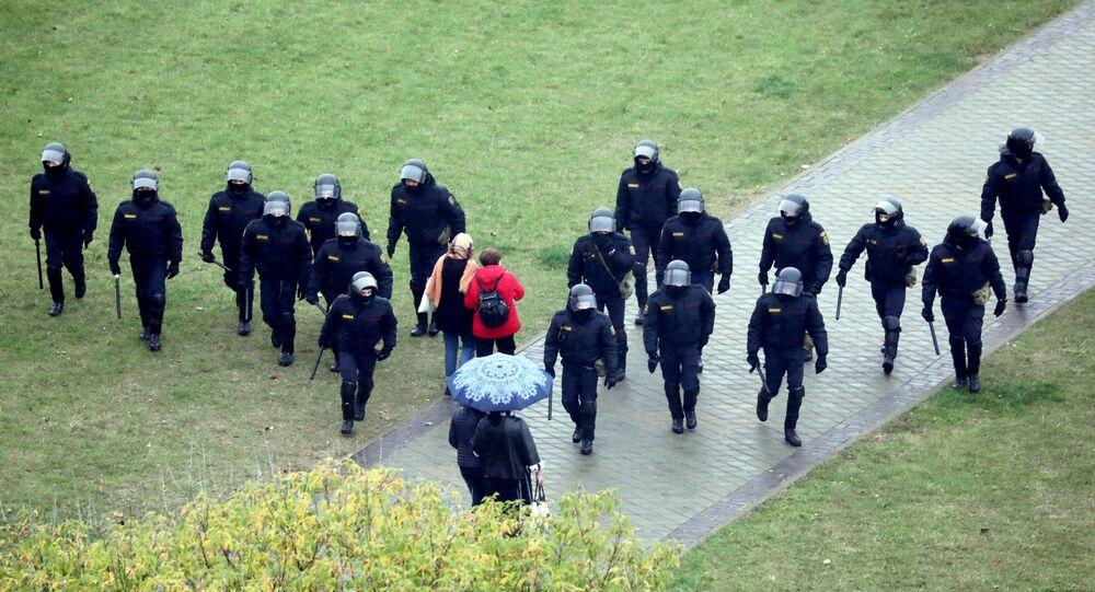 Les forces de l'ordre lors d'une manifestation à Minsk, le 11 octobre 2020