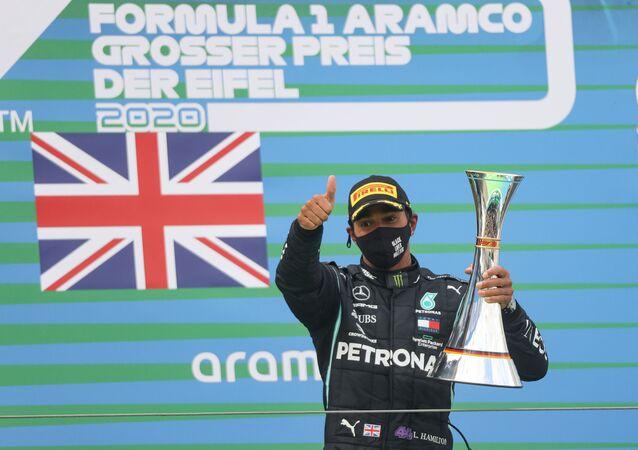 Lewis Hamilton célèbre sa victoire, le 11 octobre 2020