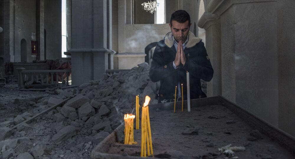 Un résident dans la cathédrale du Christ-Sauveur de la ville de Chouchi détruite par une frappe