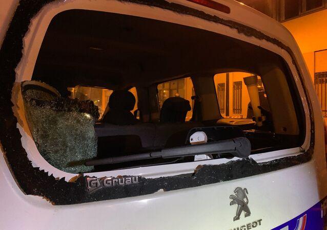 Des vitres de voitures brisées lors de l'attaque du commissariat de Champigny-sur-Marne dans la nuit du 10 au 11 octobre 2020