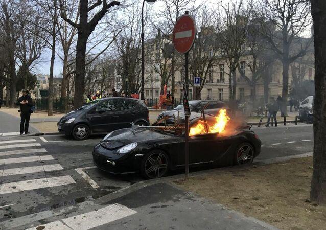 Voiture brûlée en marge d'une manifestation des Gilets jaunes