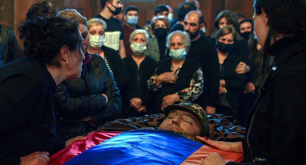 Des Arméniens pleurent la mort d'un soldat
