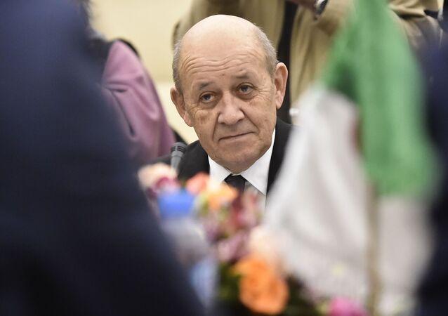 Jean-Yves Le Drian lors d'une visite à Alger, le 21 janvier 2020