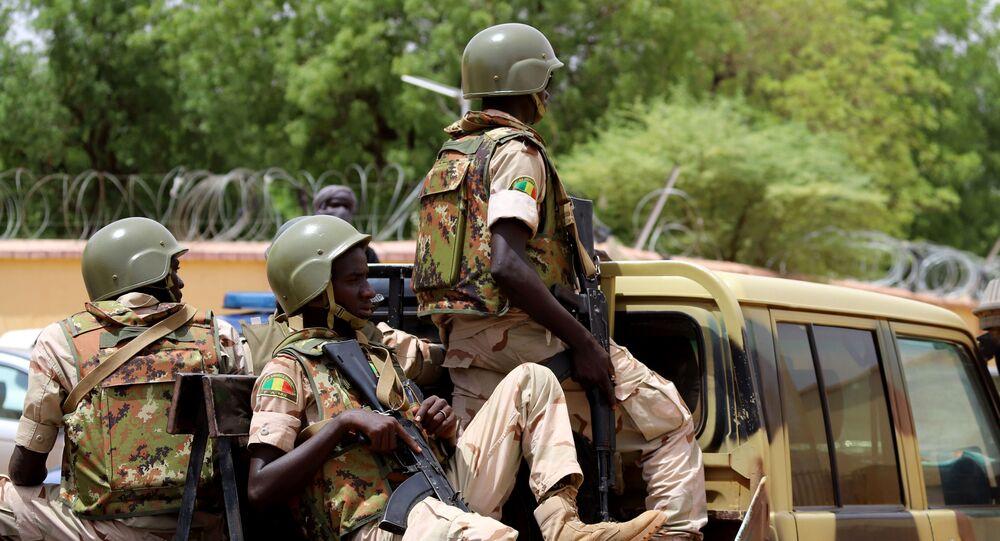 Un véhicule des FAMA (Forces armées du Mali) patrouille dans les rues de Gao.
