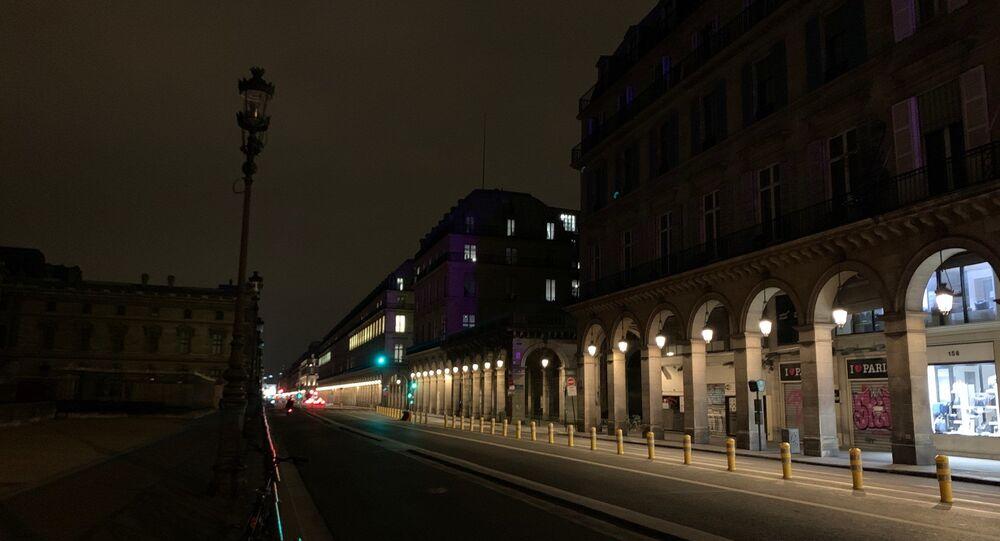 Les rues parisiennes vides immédiatement après l'introduction du couvre-feu dans la ville