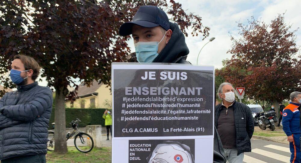 Rassemblement en hommage au professeur assassiné devant son collège à Conflans