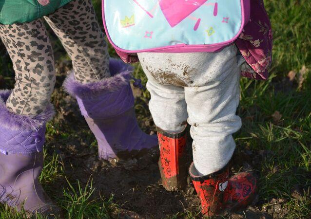 Des enfants dans la boue