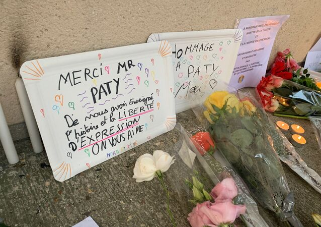 Des fleurs devant le collège du Bois d'Aulne à Conflans-Sainte-Honorine en hommage à Samuel Paty, décapité le 16 octobre. Photo d'illustration