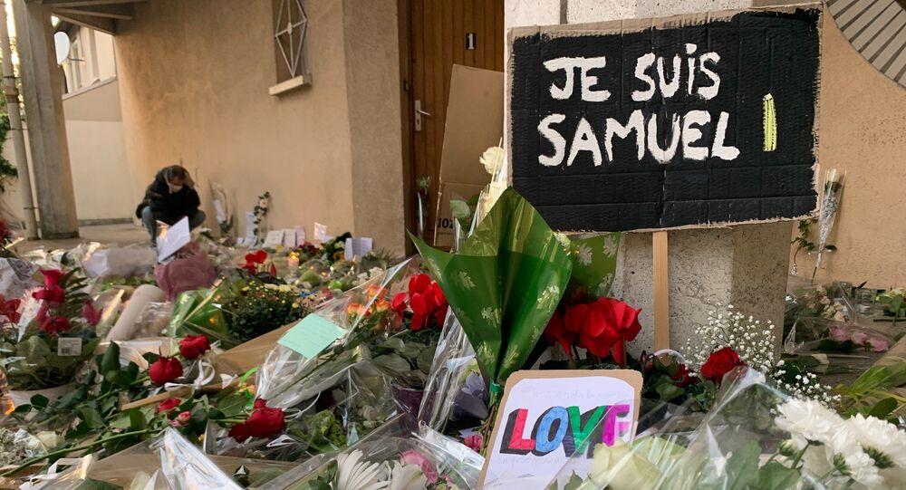 Des fleurs devant le collège du Bois d'Aulne à Conflans-Sainte-Honorine en hommage à Samuel Paty