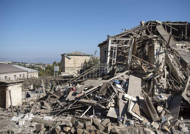 Une maison endommagée lors d'un bombardement au Haut-Karabakh (archive photo)