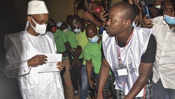 Le candidat de l'opposition guinéenne Cellou Dalein Diallo avec son bulletin de vote  pour la présidentielle du 18 octobre 2020. - Sputnik France