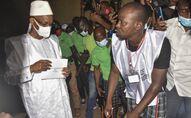 Le candidat de l'opposition guinéenne Cellou Dalein Diallo avec son bulletin de vote  pour la présidentielle du 18 octobre 2020.