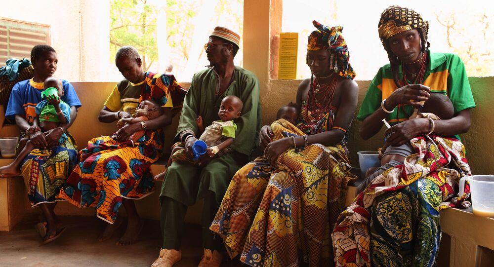 Les parents nourrissent leurs enfants malnutris avec du lait enrichi, Burkina Faso