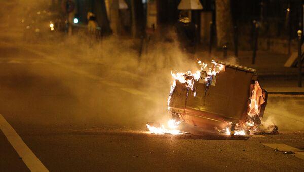 Une poubelle brûlée dans la rue lors d'affrontements à Villeneuve-la-Garenne - Sputnik France