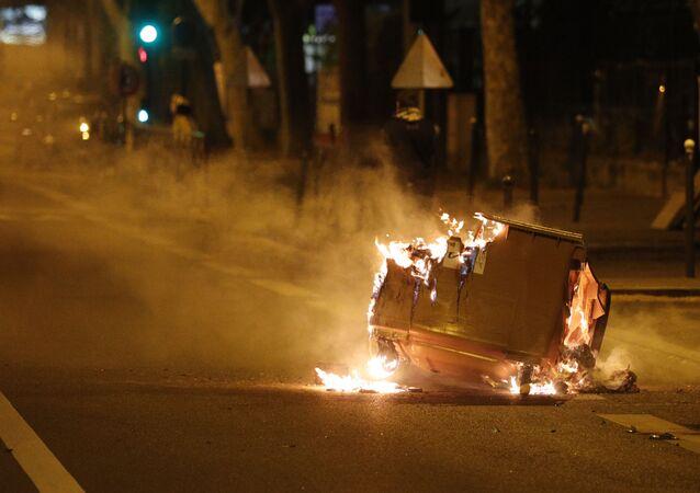 Une poubelle brûlée dans la rue lors d'affrontements à Villeneuve-la-Garenne