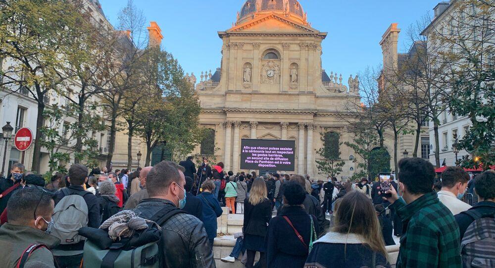 Devant la Sorbonne le jour de l'hommage national