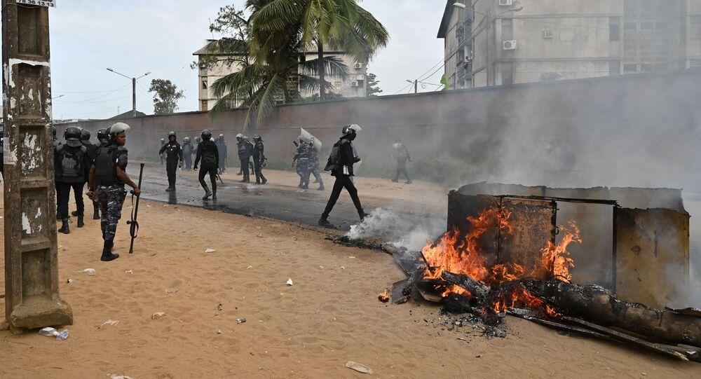 Intervention de la police anti-émeute lors d'une manifestation à Abidjan