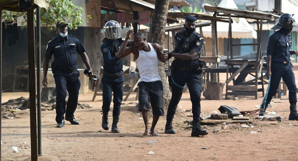 Les forces de l'ordre interpellent un homme au cours des manifestations contre un troisième mandat d'Alassane Ouattara