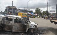 Voiture incendiée lors de manifestations opposées au troisième mandat du président sortant Alassane Ouattara à Abidjan le 19 octobre 2020 (Photo by SIA KAMBOU / AFP)