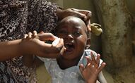 Vaccination d'un enfant contre la poliomyélite en Afrique