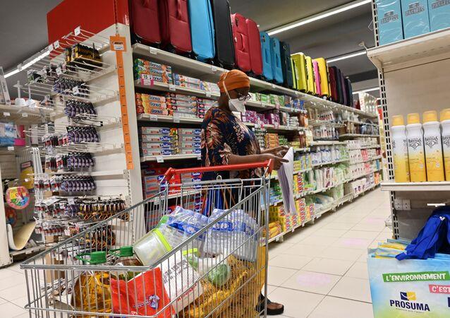 Une femme faisant ses courses au supermarché
