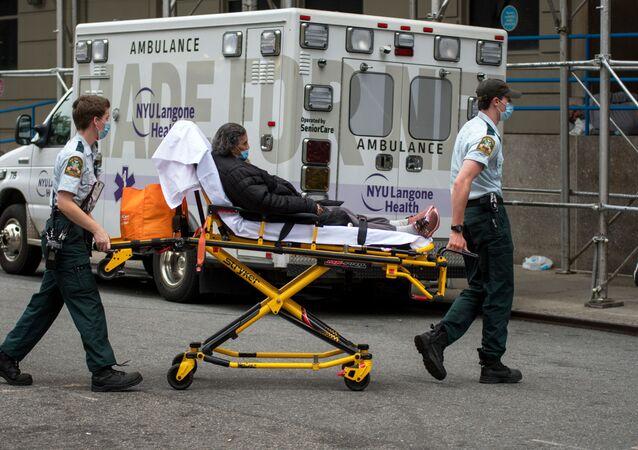 Des médecins transportent une femme atteinte du Covid-19 vers un hôpital à New York