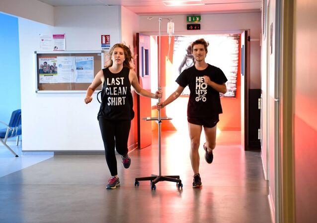 Vincent Guerrier, journaliste de 24 ans originaire de Normandie, atteint d'un lymphome de Hodgkin, et sa petite amie, Léa Dall'Aglio