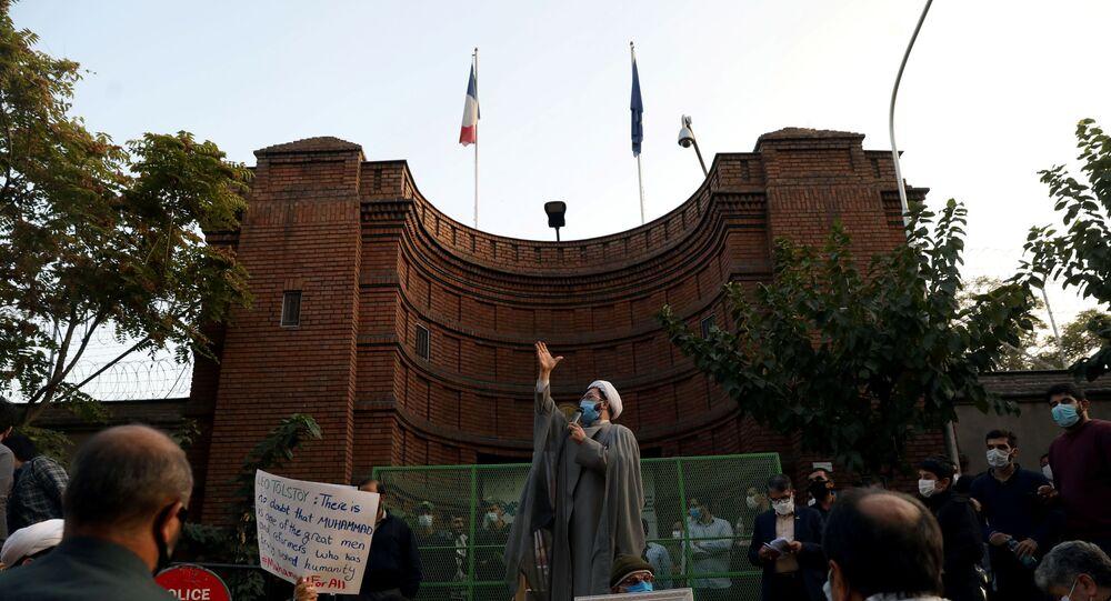 nouvelle manifestation devant l'ambassade de France à Téhéran, le 28 octobre