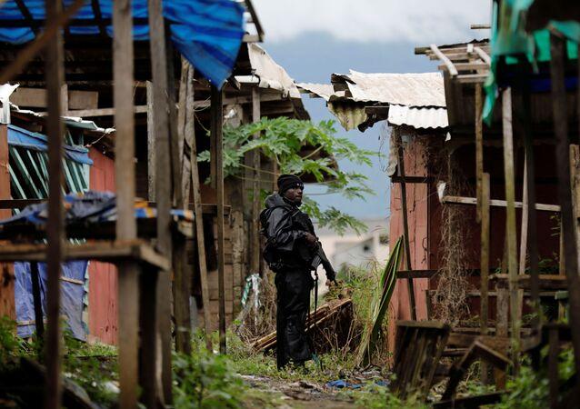 Un membre du Bataillon d'intervention rapide (BIR) patrouille dans les rues de Buea, dans le Sud-Ouest anglophone du Cameroun