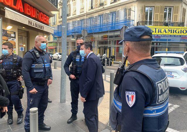 Le maire de Nice et les forces de l'ordre près des lieux de la tragédie