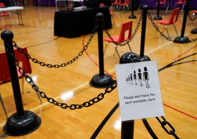 Un panneau pour les électeurs dans un bureau de vote avant le jour du scrutin à la Waterville Junior High School à Waterville, Maine, États-Unis, le 2 novembre 2020