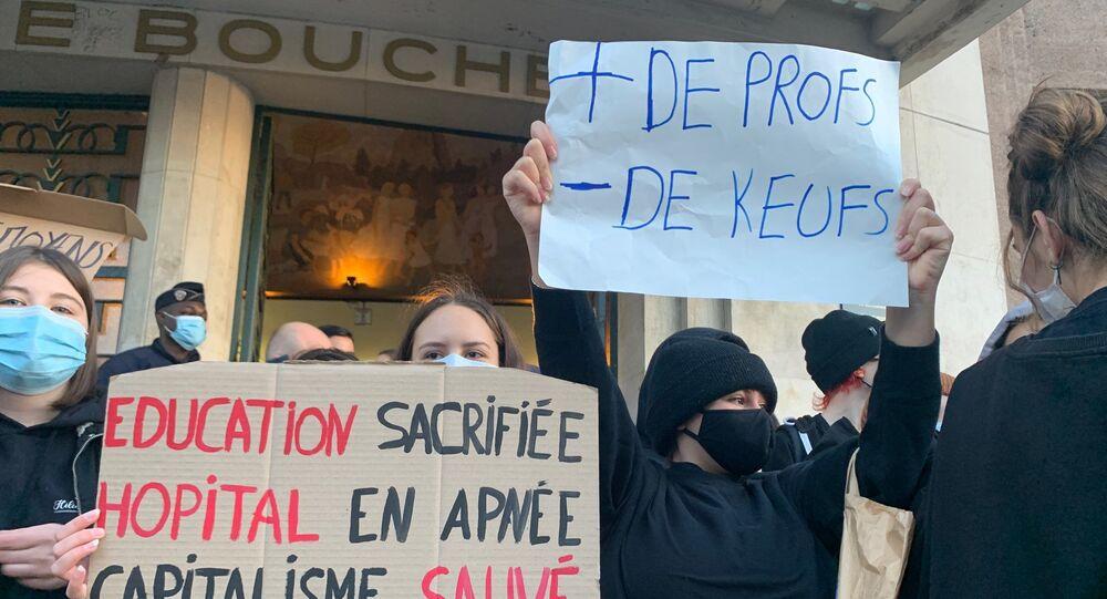 Le lycée Hélène Boucher de Paris bloqué par des élèves dénonçant l'absence de protocole sanitaire contre le COVID-19