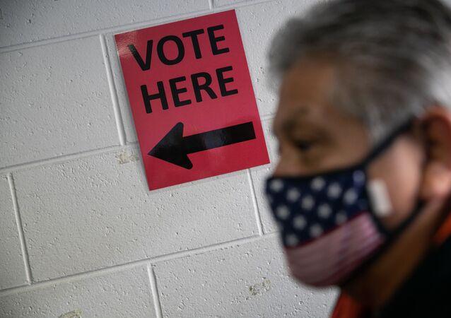 Un électeur américain attend de voter