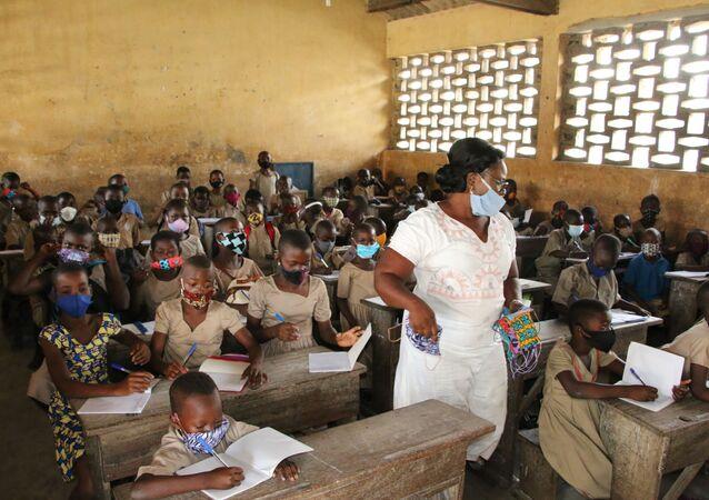 Mme Folly Afoua, institutrice à l'école La Nouvelle marche, au milieu de ses élèves