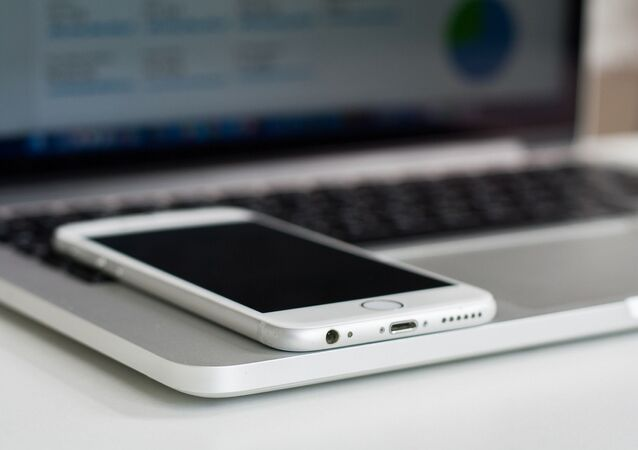 Un ordinateur et un portable (image d'illustration)