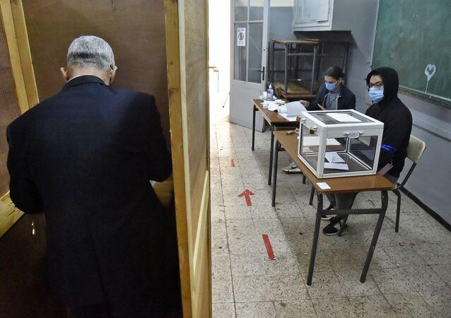Un bureau de vote à Alger, pour le référendum portant modification de la Constitution