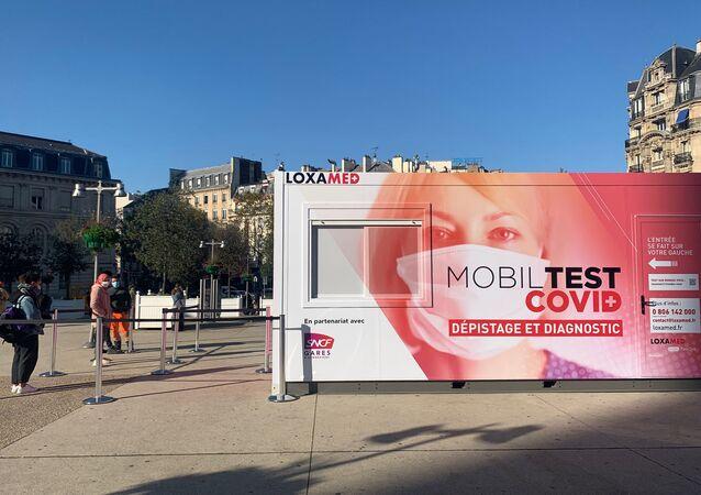 Des unités mobiles de dépistage du Covid-19, appelées «MobilTest», ont été installées sur les parvis des gares de Lyon et de l'Est le 5 novembre à Paris