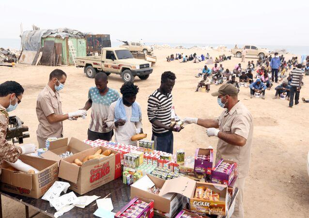 Des migrants clandestins sénégalais arrêtés attendent leur transfert