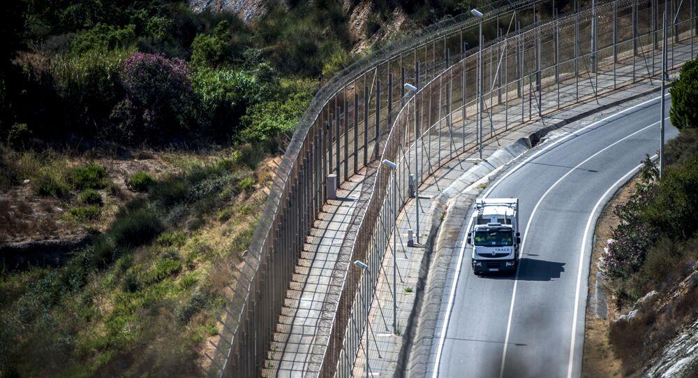 Un camion roule le long de la frontière bordant l'enclave de Ceuta