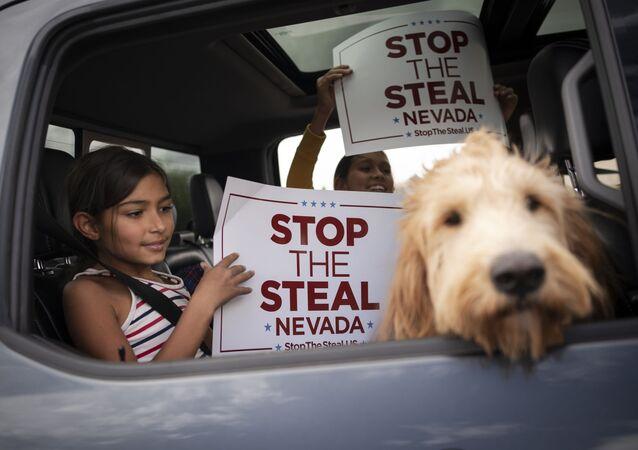 Partisans de Donald Trump tenant une pancarte à Las Vegas