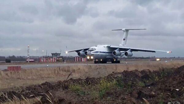 Décollage d'un Il-76 avec les soldats de la paix russes vers le Haut-Karabakh - Sputnik France